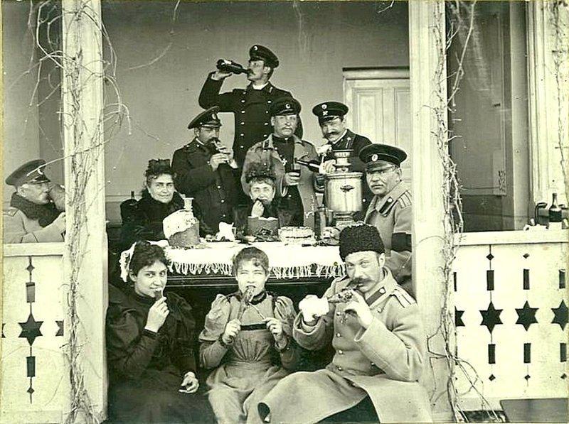 За дачным столом на веранде. Дата съемки: 1910-е. Неизвестный автор ретро, россия, черно-белая фотография