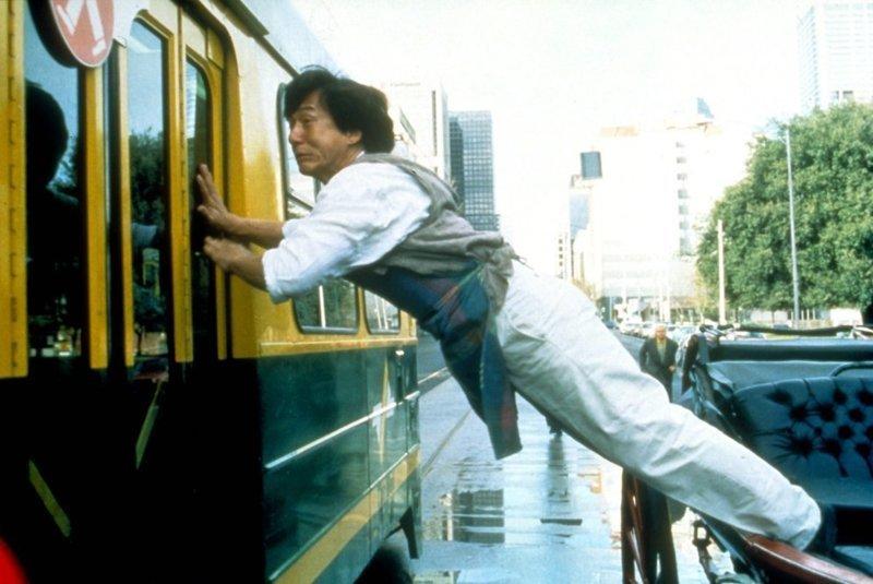 Все свои трюки Джеки Чан выполняет сам, в результате чего получил много травм. Ближе всего он был к смерти, когда сорвался с дерева и упал на камни с 15-метровой высоты. Медицина оказалась на высоте, и врачи его спасли. Ну, за врачей Джеки Чана! актер, день рождение, джеки чан, кино, любимый актер, талантище