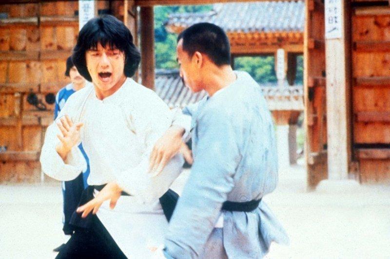 С 1960 года Джеки Чан принял снялся в, примерно, 150 фильмах и навсегда изменил Голливуд, доказав, что звезда может самостоятельно исполнять трюки, даже несмотря на риск получить травму. Ну, за то, чтобы последний трюк никогда не стал последним! актер, день рождение, джеки чан, кино, любимый актер, талантище