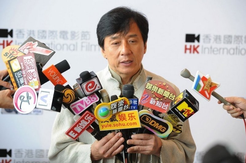 Джеки Чан известен своей скромностью и боязнью публичных выступлений. Вероятно, именно поэтому он выбрал профессию, которая помогла ему преодолеть фобию. Ну, за то, чтобы всегда хватало рук держать все микрофоны! актер, день рождение, джеки чан, кино, любимый актер, талантище