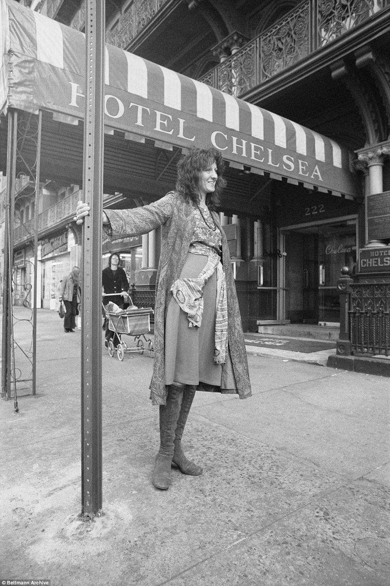 """""""Челси"""" знаменит тем, что здесь останавливались известные гости: музыканты, писатели, художники. На фото - английская писательница Жермен Грир у входа в отель. Отель, аукцион, знаменитости, история, сид вишез, сша, фото, челси"""