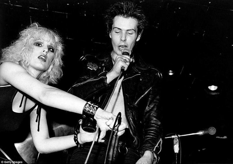 Здесь же в 1978 году нашли тело Нэнси Спанджен, подруги басиста Sex Pistols Сида Вишеса Отель, аукцион, знаменитости, история, сид вишез, сша, фото, челси