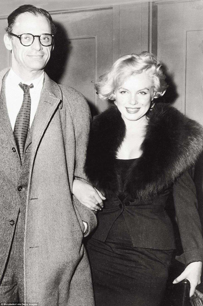 """Драматург Артур Миллер останавливался в отеле после развода с Мэрилин Монро в 1961 году. В """"Челси"""" он прожил шесть лет, и за это время написал полуавтобиографическую драму """"После грехопадения"""". Отель, аукцион, знаменитости, история, сид вишез, сша, фото, челси"""