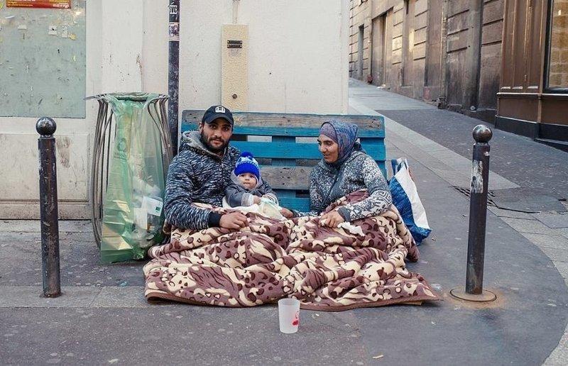 Французский фотограф снимает мигрантов, оставшихся  без крыши над головой беженцы, без дома, париж, семейные портреты, социальное, фото, фотограф, фотопроект