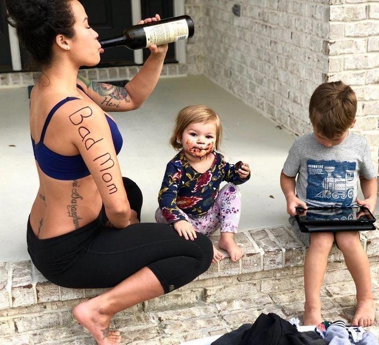 """Это далеко не первый раз, когда посты Сии разлетаются по интернету с вирусной силой. На прошлой неделе она поделилась забавными фотографиями, являющимися ответом троллям, назвавшими её """"плохой мамой"""" Сия Купер, в мире, вес, внешность, люди, фигура"""