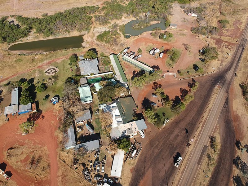 Вот здесь сверху видно бассейн для накачанной воды (состояние на конец сухого сезона) и поселение у шоссе Стюарта. Связь у них тут через спутник австралия, в мире, животные, люди, природа, путешествие