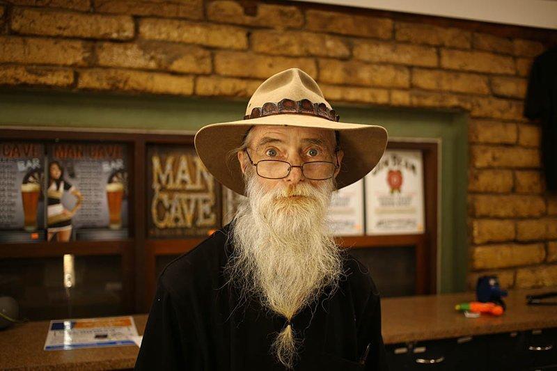 Средний срок жизни в Австралии 82 года. Вот этот дедушка, скорее всего, один из «седых странников» — всё знает, всё умеет, получает удовольствие от жизни и иногда останавливается в поселениях помогать по профессии австралия, в мире, животные, люди, природа, путешествие
