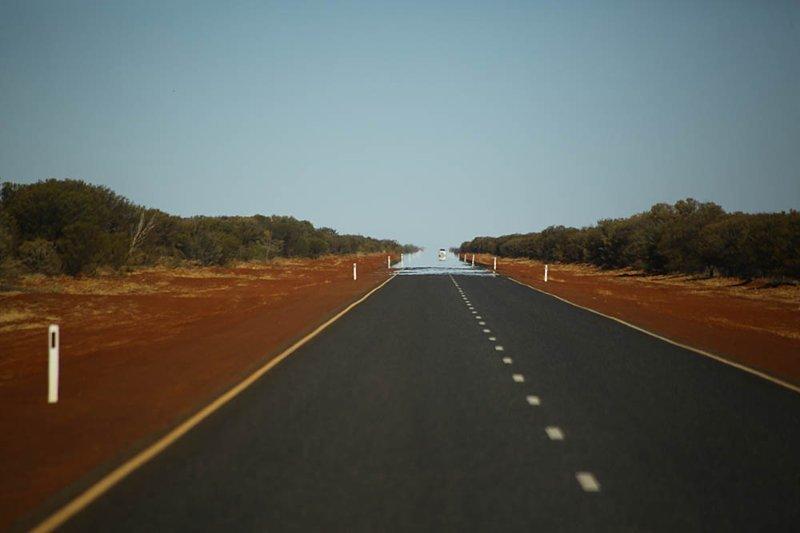 Это не вода, а просто мираж. Но подобным образом может выглядеть дорога после сезона дождей. Проехать 20-30 километров по слою воды на поле высотой до полуметра — это нормально австралия, в мире, животные, люди, природа, путешествие