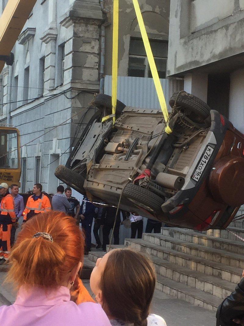 В Ростове-на-Дону внедорожник полностью ушел под землю ynews, автомобиль провалился, видео, водоканал, дорога
