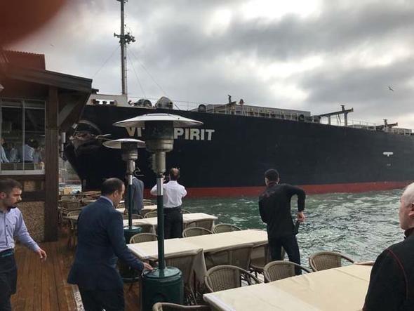 В Турции танкер взял на таран особняк XVIII века ynews, потеря управления, разгром, столкновение, танкер