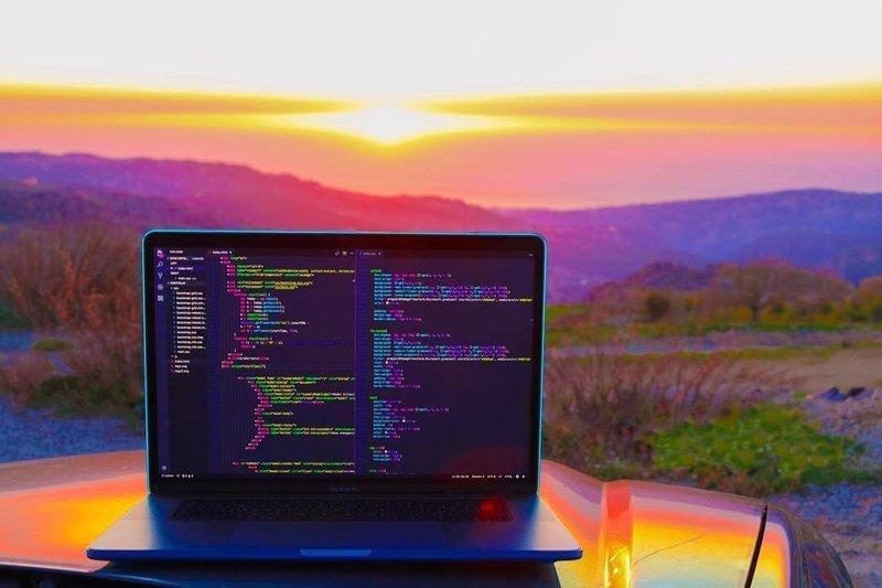 Как выглядят рабочие места современных программистов компьютеры, программисты, рабочие места, фото