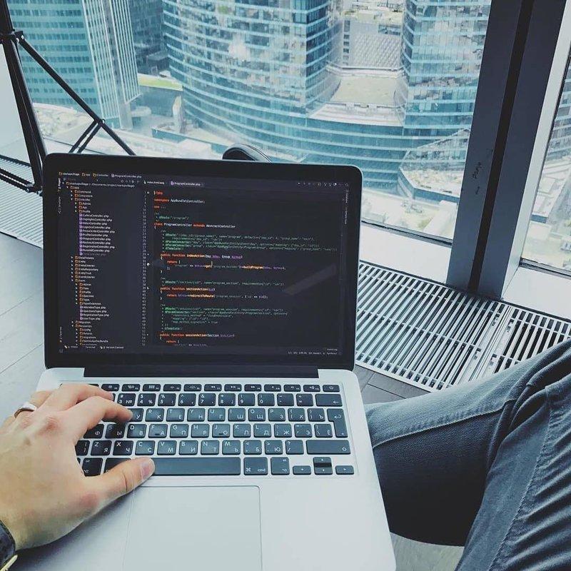 Если раньше понятие «работа» имело чёткую привязку к офису компании, в котором безвылазно сидели все сотрудники компьютеры, программисты, рабочие места, фото