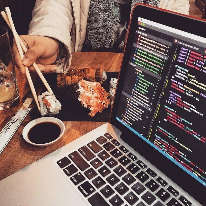 Хоть в кафе, попутно уплетая порцию суши… компьютеры, программисты, рабочие места, фото