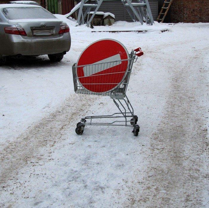 Воровать дорожные знаки всегда проще с тележкой магазин, магазинная тележка, прикол, приколы из супермаркета, продуктовая тележка, супермаркет, тележка, юмор