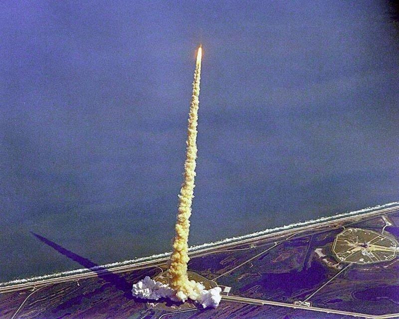 Запуск шатла Колумбия в 1992 году показывает, что ускорение ракеты происходит не мгновенно, а длится достаточно долгое время, много минут. У космического корабля ускорение должно было быть гораздо большим, чем может выдержать человеческое тело гравитация, интересно, космонавты, космос, факты