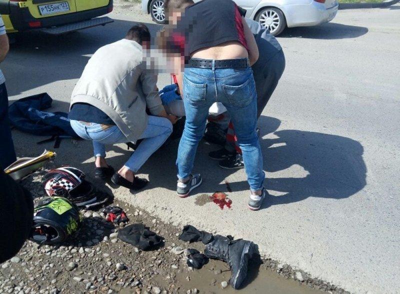 Авария дня. В Краснодаре пострадал мотоциклист и его пассажирка авария дня, авто, авто авария, байке, видео, дтп, мотоциклист, хруст