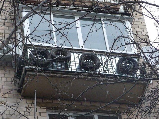 2. Мы не советуем хранить резину на улице, но есть и такие экземпляры авто, автомир, резина, фото, хранение резины, шины