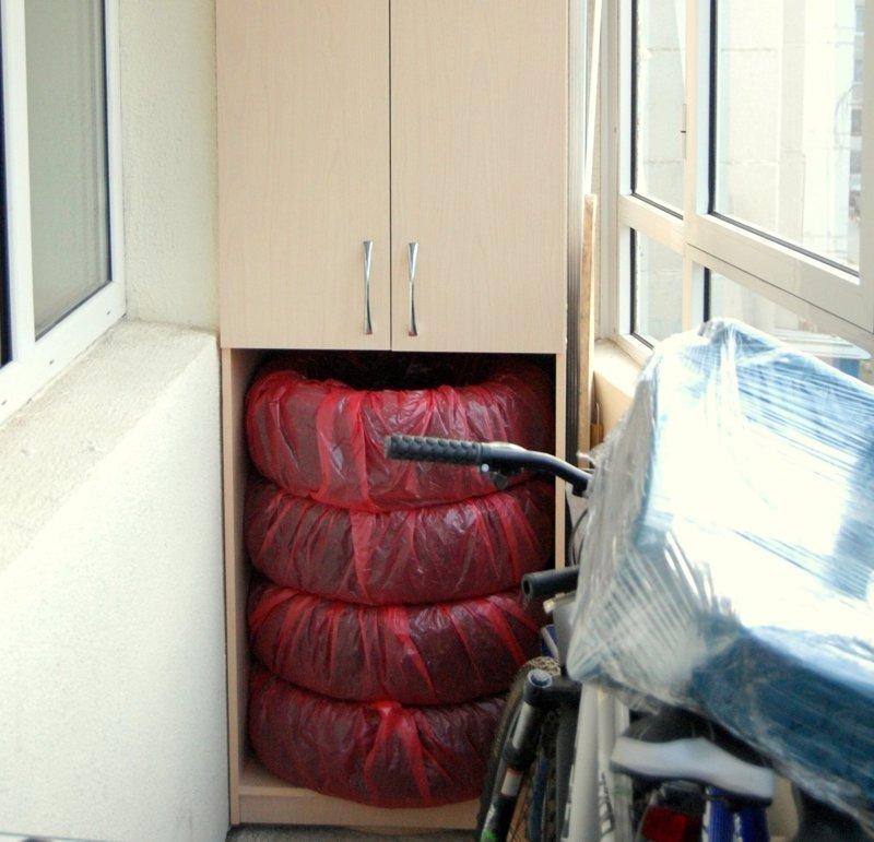Тем, у кого на балконе есть шкаф, удается без особых проблем хранить резину авто, автомир, резина, фото, хранение резины, шины