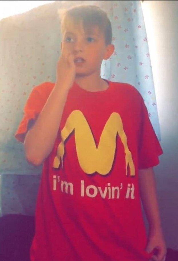 """Младшеклассник надел в школу похабную футболку, приняв ее за рекламу """"Макдоналдса"""" влип, детская наивность, забавно, казус, недетские шутки, пародия, похоже да не то же, школа"""