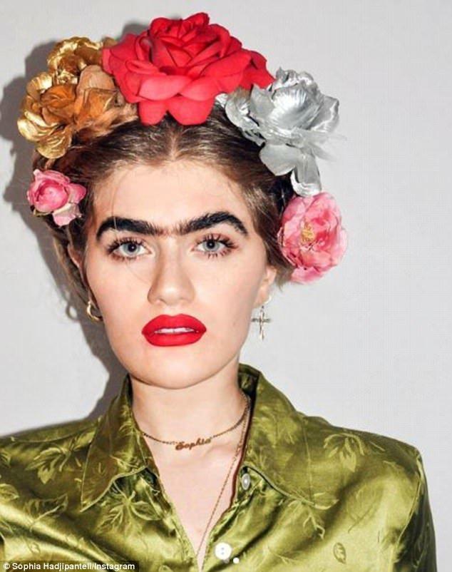 Многие отметили сходство девушки с мексиканской художницей Фридой Кало с её соболиной монобровью. На фото - София в образе Фриды. Instagram, Instagram-аккаунты, Популярность, брови, девушка, красота, монобровь, фото
