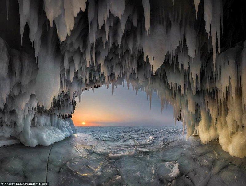 """Такие ледяные пещеры или ледяные гроты с тысячами сосулек """"сталактитов"""" образуются зимой на озере Байкал байкал, красиво, красивый вид, ледяные пещеры, пейзаж, природа, россия, фото"""