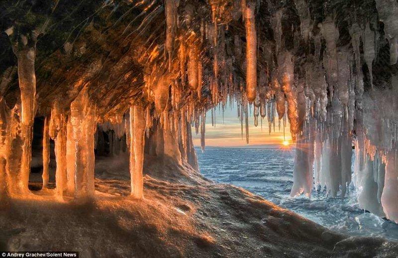 Ледяные гроты - настоящие чудеса, созданные природой из замерзшей воды байкал, красиво, красивый вид, ледяные пещеры, пейзаж, природа, россия, фото