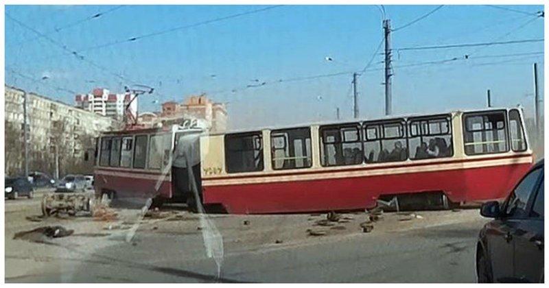 В Санкт-Петербурге трамвай сошел с рельсов и развалился на ходу ynews, авария, видео, санкт-петербург, трамвай