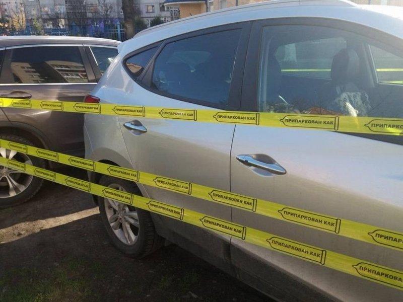 По словам автора, инцидент произошел в Луцке на улице Федорова. Водители оставили два кроссовера прямо на зеленом газоне. авто, автоместь, автомобили, автохам, газон, месть, парковка