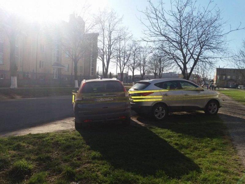Активисты не дремлют: автохамов обозначили специальной лентой авто, автоместь, автомобили, автохам, газон, месть, парковка