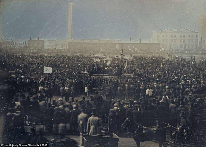 """Фотография под названием """"Встреча чартистов на Кеннингтон Коммон"""", сделанная 10 апреля 1848 года, когда 150 000 человек собрались, чтобы подать в парламент петицию с требованием политической реформы англия, исторические кадры, история, колоризированные фото, королева Виктория, королевская семья, редкие фото, фото"""