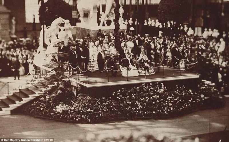 """Снимок, подписанный """"Королевский и Императорский визит в Хрустальный Дворец"""" - официальный визит Виктории и Альберта, а также Наполеона III и императрицы Франции Евгении на место проведения Всемирной выставки в 1851 году англия, исторические кадры, история, колоризированные фото, королева Виктория, королевская семья, редкие фото, фото"""