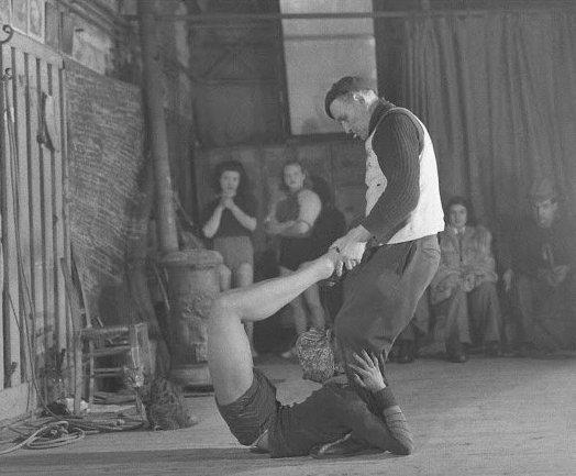 13. Ганс Уайт заснял тренировку в школе для акробатов Gymnase Saulnier в Париже, 1947 год акробатки, гибкие, гимнастки, девушки, красиво, фото, цирк, циркачки