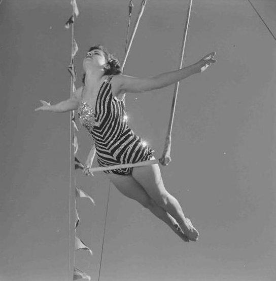 2. А вот снимок из 1952 года: акробатка на трапеции акробатки, гибкие, гимнастки, девушки, красиво, фото, цирк, циркачки