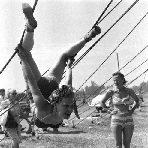 "11. Тренировка цирка ""Ringling Brothers"" в 1949 году акробатки, гибкие, гимнастки, девушки, красиво, фото, цирк, циркачки"