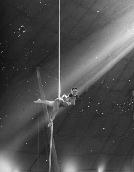 8. Белла Аттарди тренируется выполнять воздушный балет для цирка Ringling Bros, 1949 год акробатки, гибкие, гимнастки, девушки, красиво, фото, цирк, циркачки