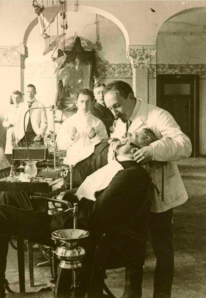 8. Ученики в Берлине наблюдают за новыми методиками, 1907 год врачи прошлого, дантисты, интересно, стоматологи, фото