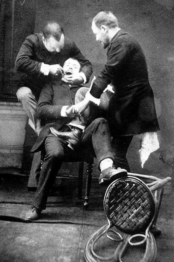 7. Вот стоматолог удаляет зуб пациенту, а ассистент старается удержать и поддержать беднягу врачи прошлого, дантисты, интересно, стоматологи, фото