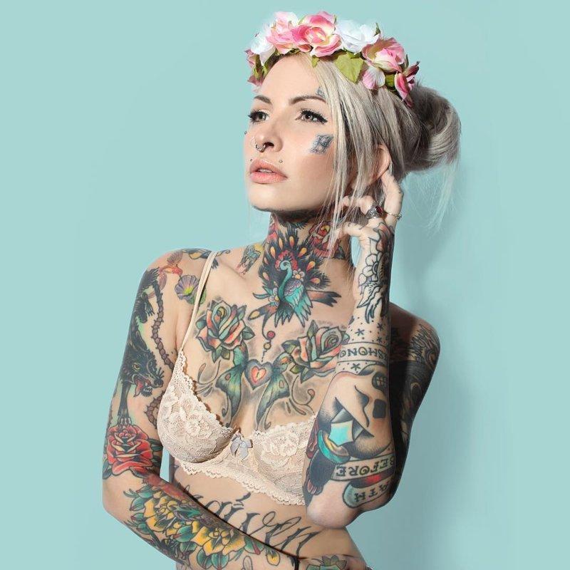 Селфи огромных сисек татуированной девушки