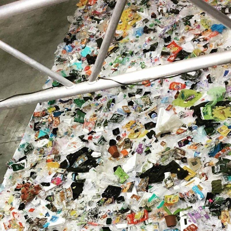 Дэниелу пришлось всё это снимать частями с рампы, а потом уже соединять в графической программе в  мире, засорение, люди, мусор, планета, экология