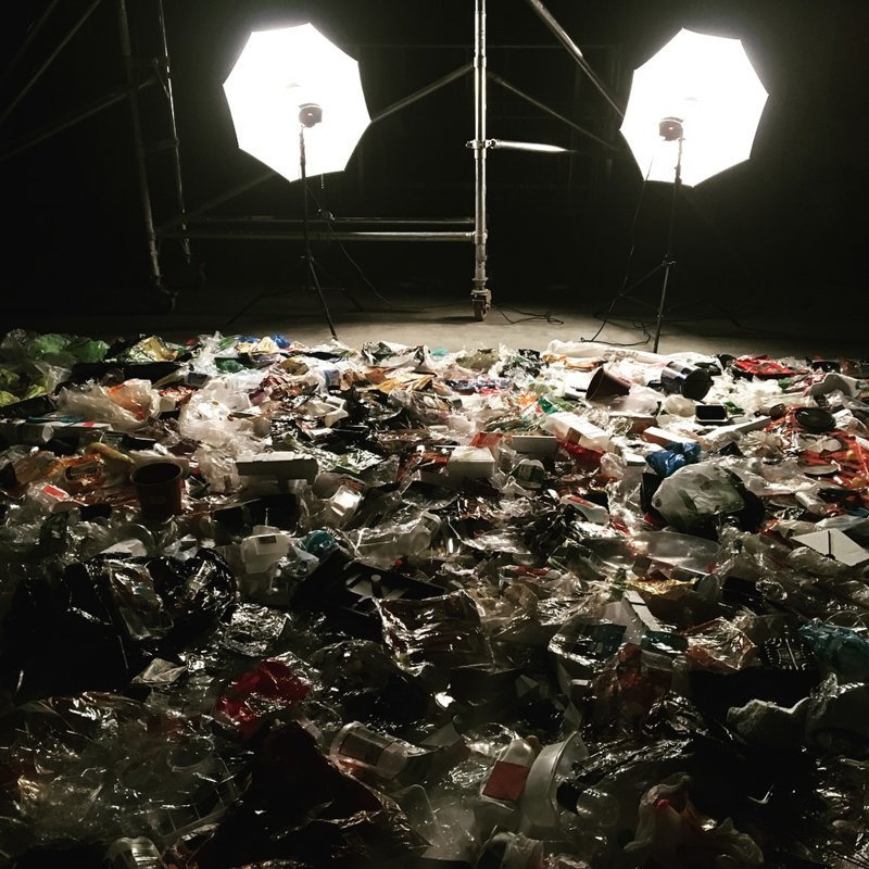 Чтобы донести этот ужасный результат до общественности, он решил сделать снимки в  мире, засорение, люди, мусор, планета, экология