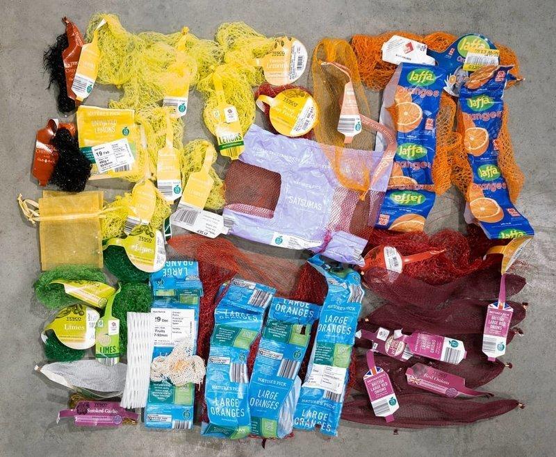 Перед вами пластиковые сетки для фруктов и овощей, которые являются смертельной ловушкой для животных в случае, если не были правильно утилизированы в  мире, засорение, люди, мусор, планета, экология