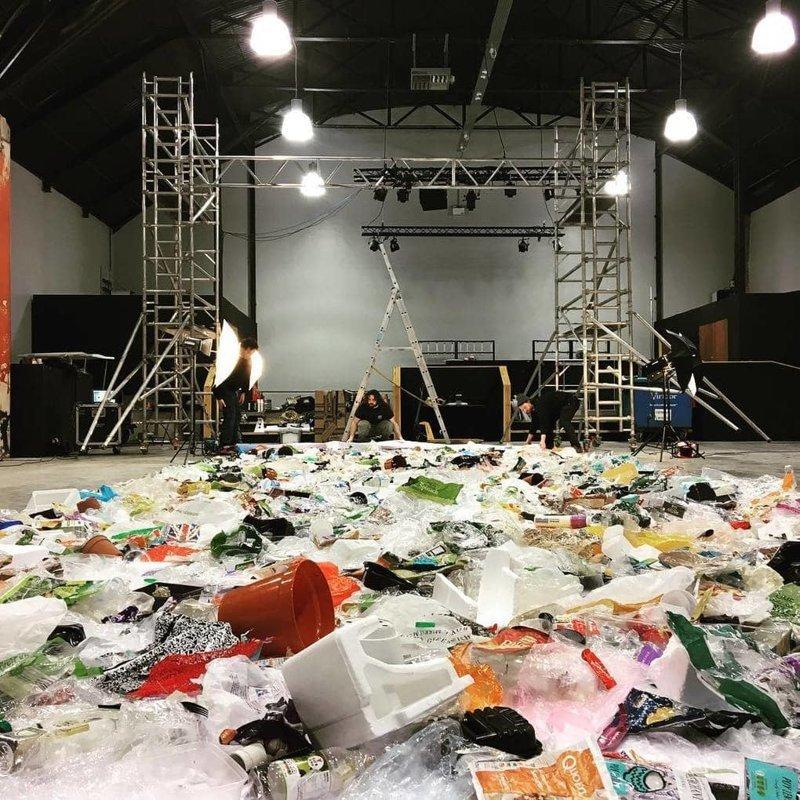 Для этого ему понадобился целый ангар: разложенный мусор занял 12,5 метров в длину и 4 метра в ширину в  мире, засорение, люди, мусор, планета, экология