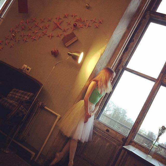Юная балерина из России прогибает ноги так, что они похожи на сабли балерина, девочка, красотка, нереально, ноги, умничка