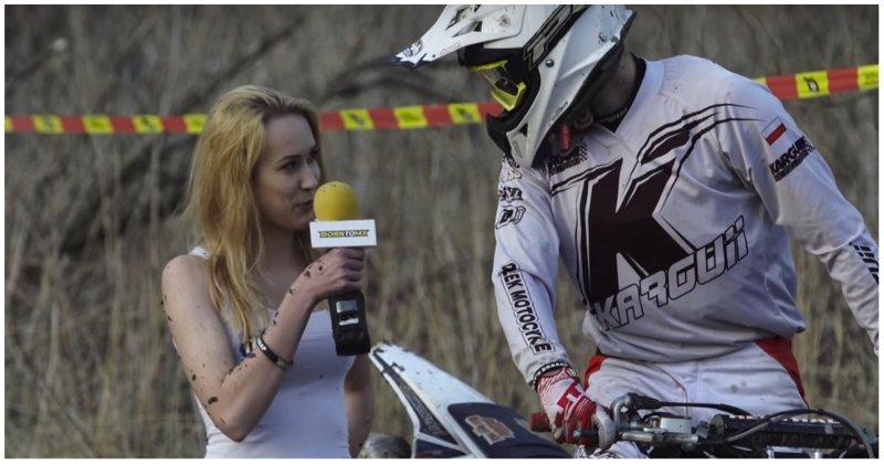 Мотогонщик окатил журналистку грязью в прямом эфире видео, грязь, девушка, прикол, спорт, эндуро, юмор