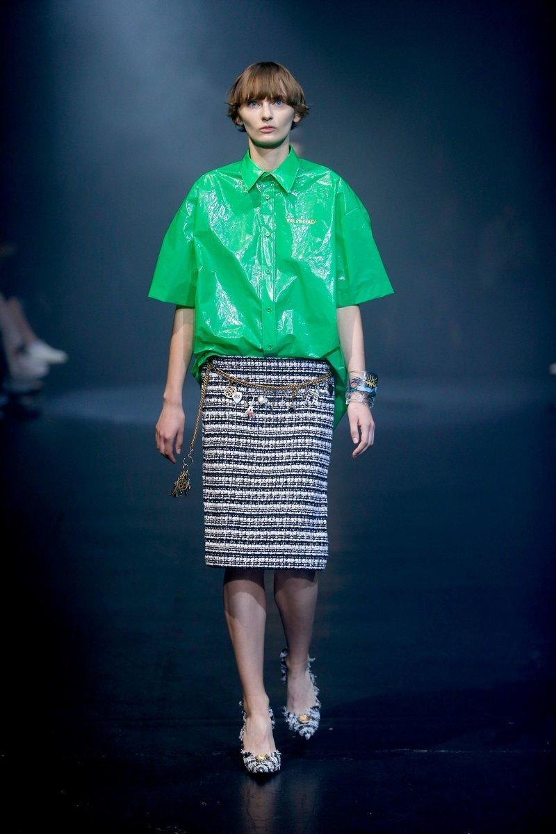 Модная новинка стоимостью $915 уже практически раскуплена на сайте Selfridges. Модный дом советует носить пластиковый топ с юбкой-карандашом. balenciaga, бренд, мода, модная новинка, модный показ, одежда, странная вещь, фото
