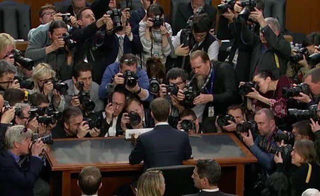 Как всегда ждем вашего экспертного мнения в комментариях и предлагаем посоревноваться в придумывании подписи к этой фотографии. интернет, марк, сенат, социальная  сеть, фейсбук, цукерберг