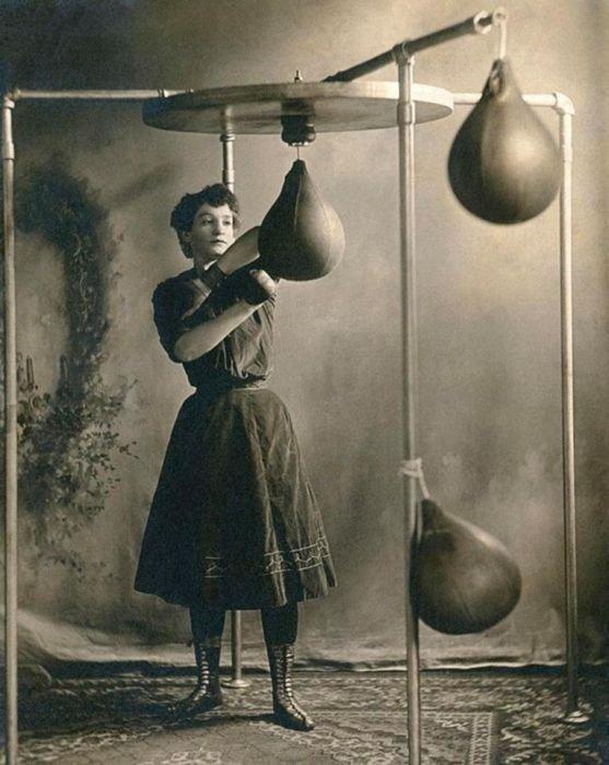 1. Разминка на груше, 1890 год бокс, женщины боксируют, женщины в спорте, интересно, история, спортсменки, фото