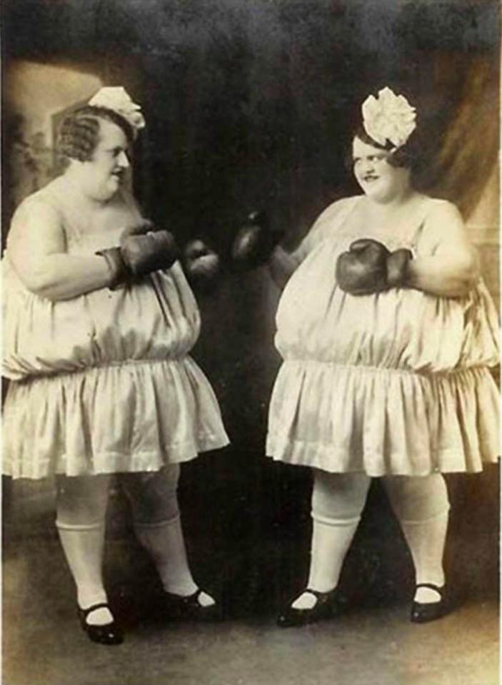 """8. Для многих в те времена женский бокс был развлечением, занятием фриков. На фото сестры Карлсон, их программа известна под названием """"Борьба жирных девочек"""" бокс, женщины боксируют, женщины в спорте, интересно, история, спортсменки, фото"""