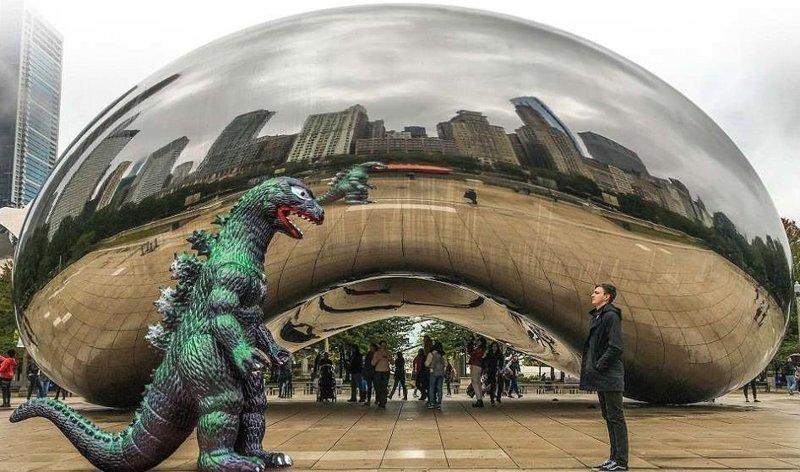 Миллениум парк в Чикаго: прошлое и настоящее Райан Годзиллинг, дино-путешественник, динозавр, на фоне памятников, необычно, оригинально, фото, фотографии