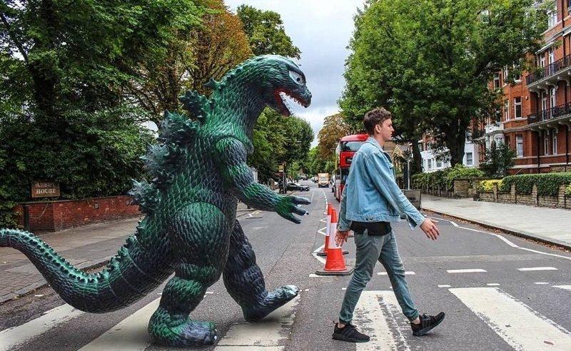 Классика на Эбби Роуд Райан Годзиллинг, дино-путешественник, динозавр, на фоне памятников, необычно, оригинально, фото, фотографии